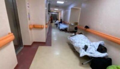 Locuri nu mai sunt. Într-un spital din Moldova pacienții sunt internați pe coridoare