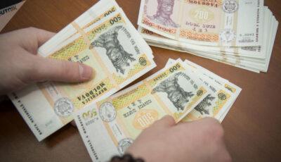 Salariul mediu brut câştigat în Moldova s-a apropiat de 9.000 lei