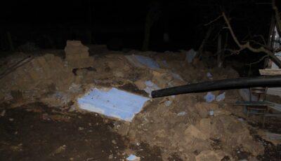 Nenorocire la Nisporeni. Un perete s-a prăbușit peste doi oameni. Un tânăr a decedat