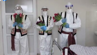 """De 8 martie, femeile internate la spitalul ,,Sfânta Treime"""" au primit în dar flori"""