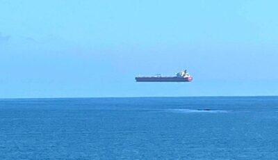 O navă plutind în aer, deasupra mării. În Marea Britanie a fost văzută o rară iluzie optică