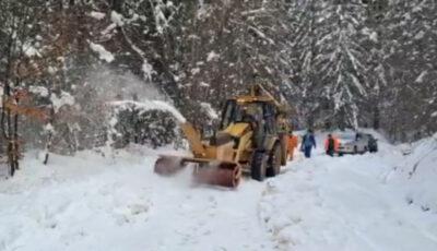 Orașul Brașov, acoperit de zăpadă. Utilajele de deszăpezire fac cu greu față intervențiilor