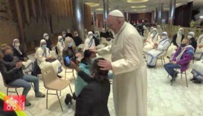 Papa Francisc şi-a serbat onomastica la centrul de vaccinare pentru persoane nevoiașe deschis la Vatican