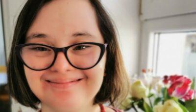 O tânără de 29 de ani este primul angajat cu sindrom Down din cadrul Ministerului Muncii din România