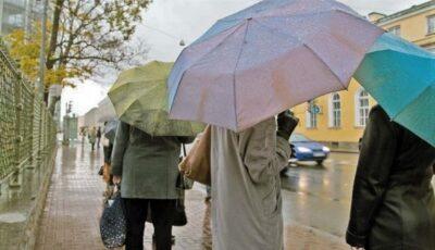 Prognoza meteo. Ploi și vreme deosebit de rece în weekend