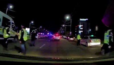 Parada de mașini de poliție, filmată în apropiere de viaduct. Care ar fi fost intenția