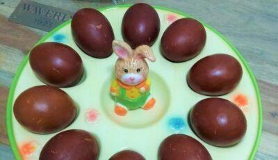 Moldovencele se întrec la vopsit ouă cu ingrediente naturale. Cea mai simplă rețetă!
