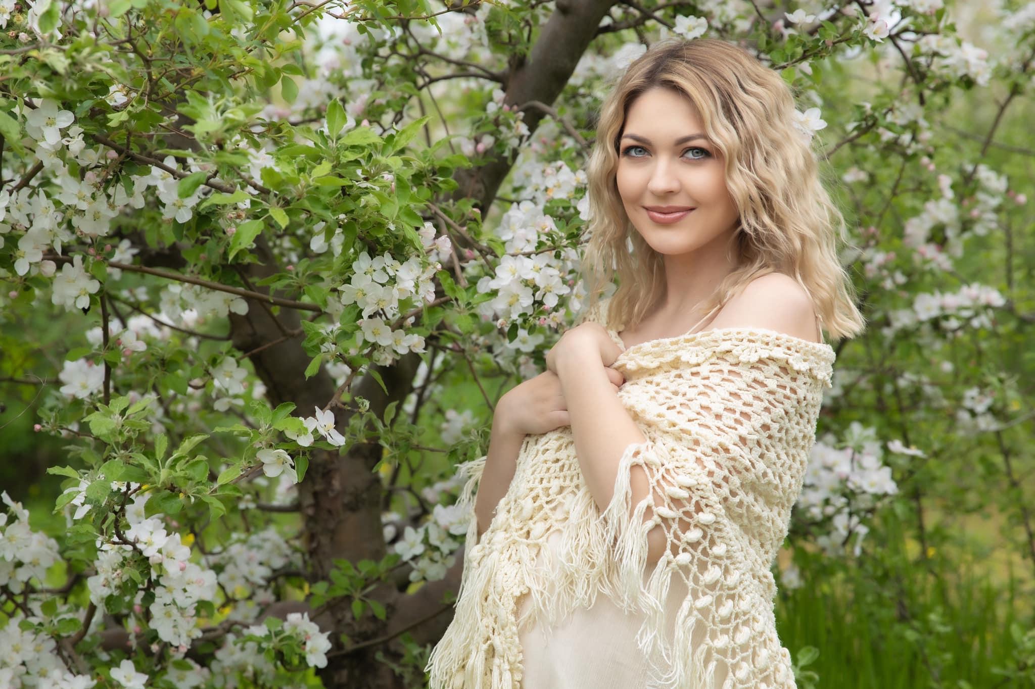 Graviduța Gloria Gorceag a pozat într-o superbă livadă  cu pomi înfloriți