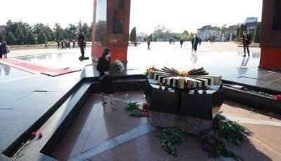 Maia Sandu a depus flori la Complexul Eternitate. Mesajul Președintei