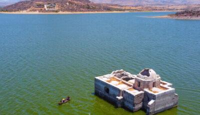 O biserică istorică a reieșit la suprafața apei unui lac după mai bine de 40 de ani