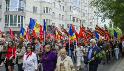 Oameni în etate se pregătesc să participe la marșul din 9 mai, organizat de PSRM