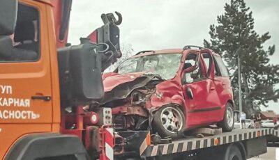 O mașină, proiectată în două mame cu cărucioare, după un impact violent cu un alt automobil. Un bebeluș a murit