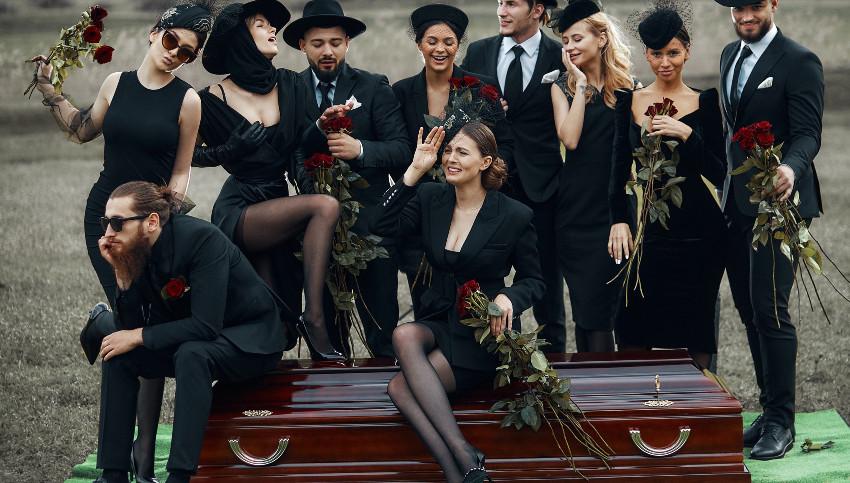 "Foto: Noi astăzi am îngropat ,,frica, durerea, disperarea"" din ultimul an! Dar tu? (proiect fashion)"