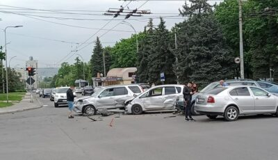 Accident violent în Capitală! Momentul în care patru mașini se tamponează grav într-o intersecție din oraș