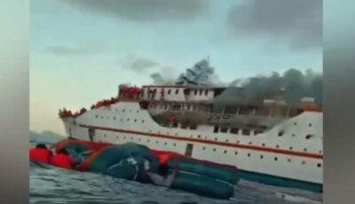 Feribot, cuprins de flăcări. Peste 200 de oameni au sărit în apă pentru a se salva