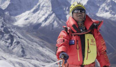 Un alpinist chinez a devenit primul bărbat nevăzător din Asia care a cucerit Everestul