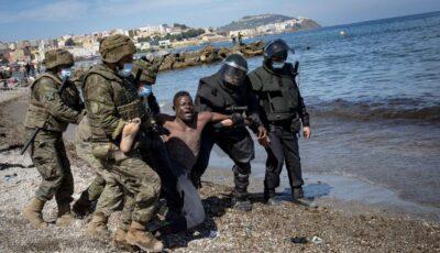 8.000 de migranți din Maroc au trecut granița pentru a ajunge în Spania. Unii tați cu bebelușii în spate, înotând