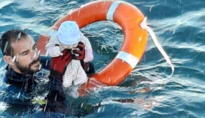 Un salvator spaniol a scos din apă în ultima clipă un bebeluș înghețat