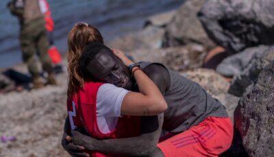 Fotografia cu o tânără spaniolă care a îmbrățișat un migrant pe plaja din Ceuta, a devenit virală