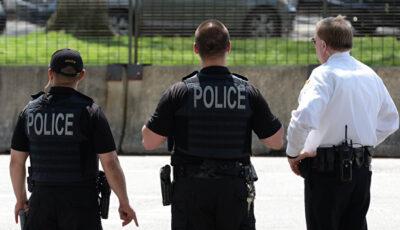 Un poliţist a încercat să înghită 500 de dolari după ce a fost prins cu mită