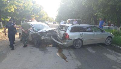 Un șofer urmărit de polițiști, ce conducea cu 113 km/h, a provocat un grav accident pe strada Independenței din orașul Sângerei