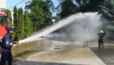 Emoționant! Doi pompieri și-au încheiat activitatea profesională sub jeturi de apă