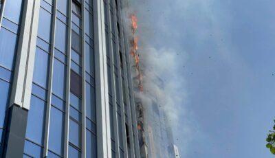 Complex locativ de lux din capitală, în flăcări. Imagini cu intervenția pompierilor