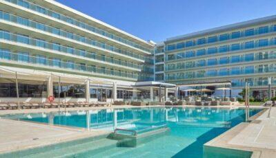 Au mers în vacanță în Mallorca, dar stau închiși în hotel din cauza izbucnirii unui focar de Covid