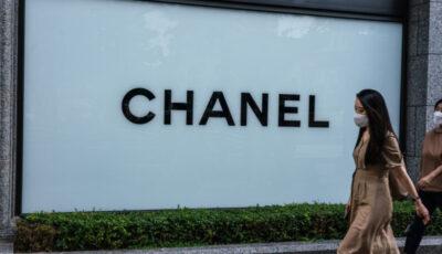 Au format cozi imense ca să cumpere genți Chanel, după ce s-a zvonit că prețurile vor fi majorate