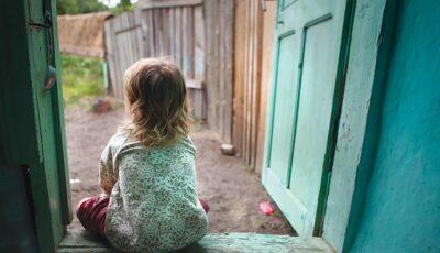 Oala cu mâncare uitată pe foc și doi copii, de șase luni şi 3 ani, lăsați singuri acasă