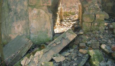 O minoră în stare de inconștiență, găsită dezbrăcată într-o clădire părăsită din parcul Valea Trandafirilor