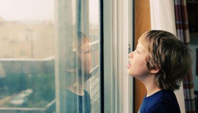 Semnele autismului. O mamă povestește cum și-a dat seama, pe rând, că fiecare copil al său e autist