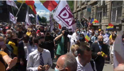 """Protest la CEC: ,,Oamenii nu au plecat din țară de bine, ci din cauza sărăciei. Cerem mai multe secții de vot la alegeri"""""""