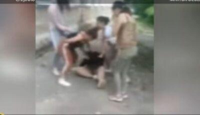 Cruzime fără margini. Momentul în care minora este bătută, fără milă, cu pumnii și picioarele de către alte patru adolescente