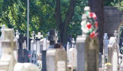 Scenă dureroasă într-un cimitir. Un bătrânel și-a dat ultima suflare pe mormântul soției sale
