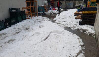 Grindină adunată cu lopata într-o localitate din România