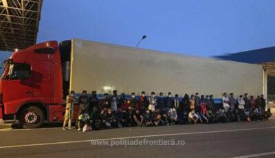 Zeci de migranți afro-asiatici, găsiți la frontiera română în remorca frigorifică a unui camion care transporta oase