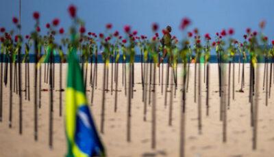 O plajă din Brazilia, acoperită cu trandafiri roșii în memoria celor 500 mii oameni care au murit de coronavirus
