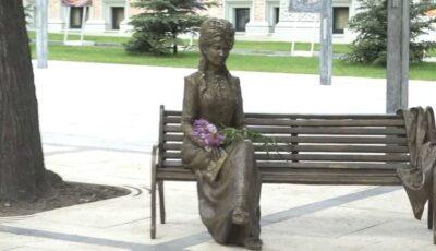 O sculptură de bronz a Veronicăi Micle a fost inaugurată în centrul capitalei