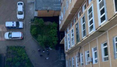 Un băiețel de 2 ani a căzut de la etajul 14. Mama copilașului era beată, în apartament