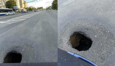 Atenție, șoferi! O gaură adâncă s-a format chiar pe strada Ismail, la intersecția cu bulevardul Ștefan cel Mare