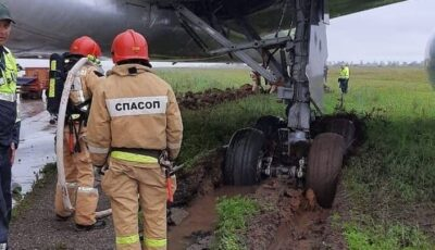 Un Boeing cu aproape 300 de pasageri la bord a ieşit de pe pista de aterizare şi s-a înglodat