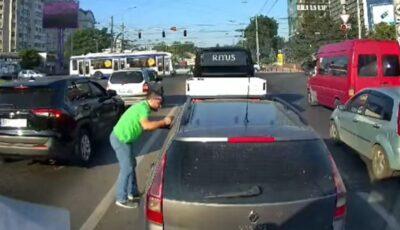 Unui șofer din Capitală i-a fost returnat gunoiul pe care l-a aruncat pe carosabil