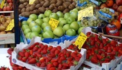 Fructe și legume cu pesticide, la vânzare. Peste 600 de substanțe active chimice sunt utilizate în agricultură