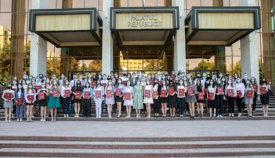 Cei mai buni absolvenți de liceu, premiați de către Președinta Maia Sandu
