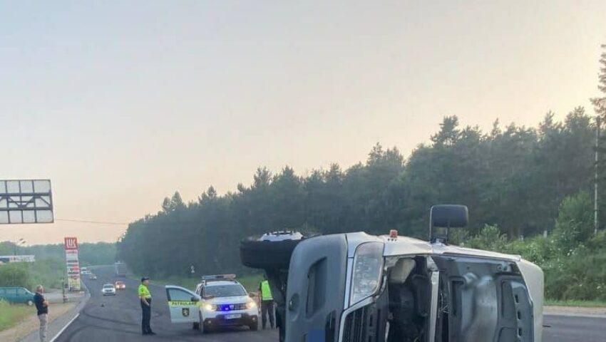 Un tânăr s-a oprit într-o benzinărie cu maşina avariată după ce răsturnat un microbuz cu pasageri