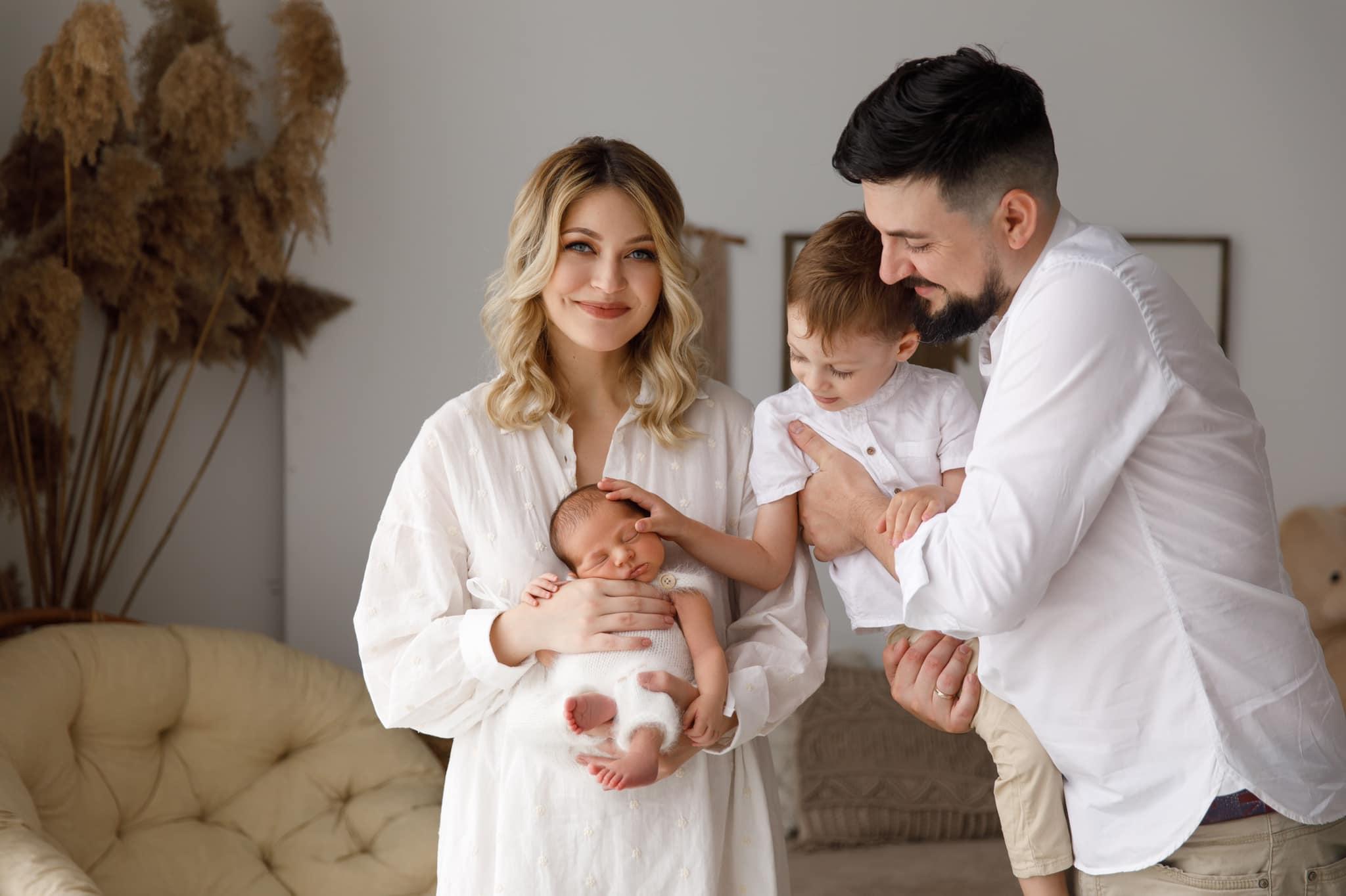 """Foto: Gloria Gorceag și familia ei, într-o ședință foto inedită: ,,A trecut o lună de viață în 4"""""""