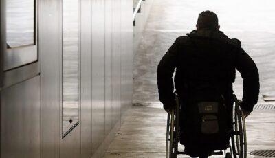 Un moldovean a furat un scaun cu rotile dintr-un spital din Italia și a ieșit cu el în trafic