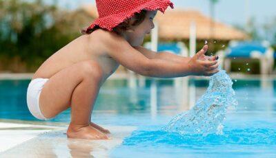 Alertă la 112: Un copil de 4 ani a încetat să mai respire în timp ce se juca cu părinții săi într-un bazin acvatic