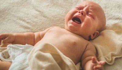 Un bebeluș a ajuns în stare gravă la spital, după ce mama i-a picurat pe biberon verde de briliant